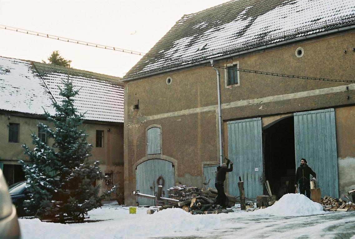 jan-28-holz-hacken-bauernhof