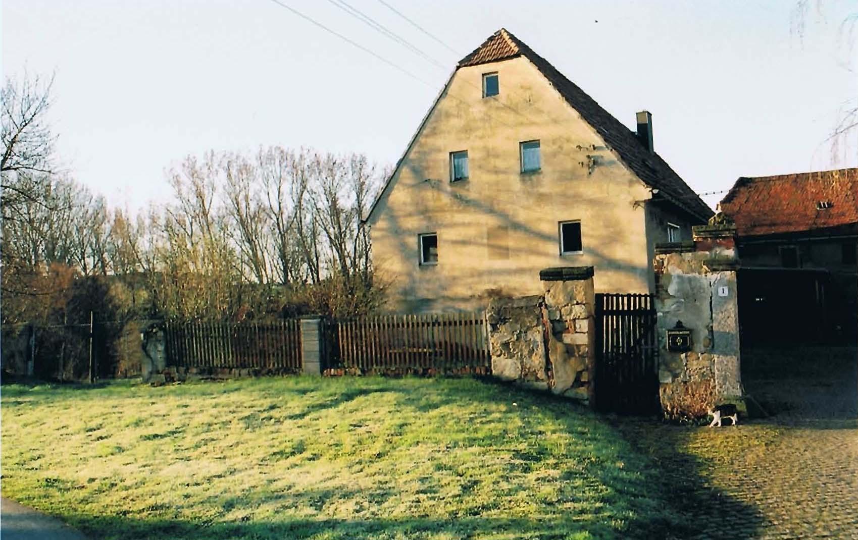 Bauernhaus und Vorgarten
